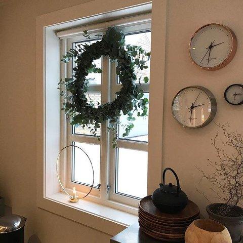DIY: Kransen i vinduet er laget av eukalyptus-stilker fra Mester Grønn. Den mener Jeanette Lie alle kan klare å lage.