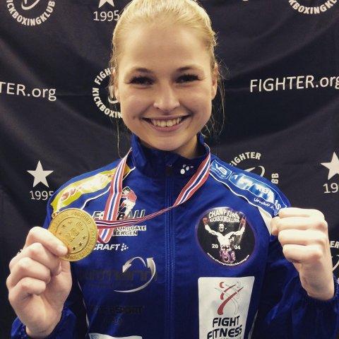 GULL: Charlotte Berg Andersen smilte for gullmedalje under helgens NM i kickboksing. (Foto: Privat)