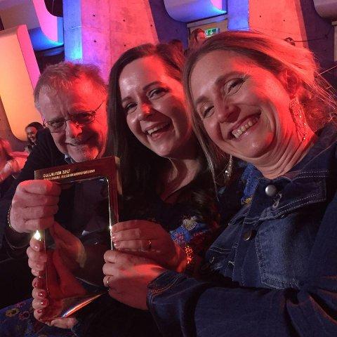 """GULLRUTE-VINNERE:   Hilde (foran), Hanne og Klaus Hagerup har skrevet  """"Snøfall"""",  barne- eller ungdomsprogram som fredag vant Gullruten. Manusforfatterne var på prisutdelingen i Bergen."""