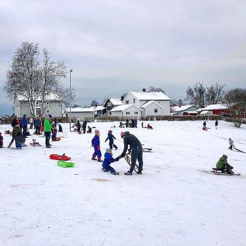 AKELYKKE: Sagabakken på Nabbetorp er en koselig akebakke for alle som er glade i fart på vinteren.