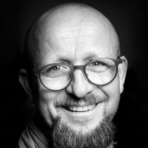 Forfatter, salmedikter og nå også daglig leder i Rolvsøy menighet, Emil Skartveit, gleder seg til å høre urfremførelsen av salmen han har oversatt