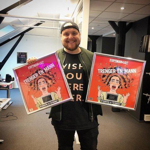 """Staysman & Lazz har fått platina for låten «Trenger en mann».  – Da Lasse og jeg startet opp, var det et mål å få én platina, sier Stian """"Staysman"""" Thorbjørnsen."""