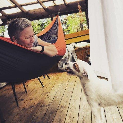 Cathrine Brynildsen og hunden Ziggy er ofte ute og går tur. Da møter hun mange mennesker som hun kan si noe hyggelig til. – Det skal ikke bli noe problem å finne folk å si noe fint til, sier hun.
