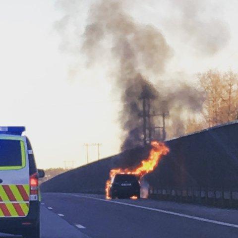 KRAFTIG BRANN: Det brant kraftig i bilen på E6 onsdag ettermiddag.