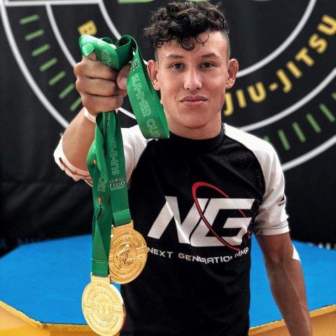 GULL: Elias Omberg (17) tar med seg to gullmedaljer hjem fra sommerferien i Spania.