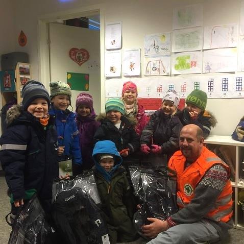 Trond Thoresen sammen med barna i Viktoriahavn barnehage.