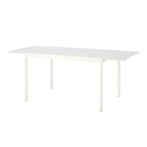 FALLER AV: Tilleggsplaten på et slikt IKEA-bord kan falle av. Dermed tilbakekaller kjeden det. Foto: IKEA