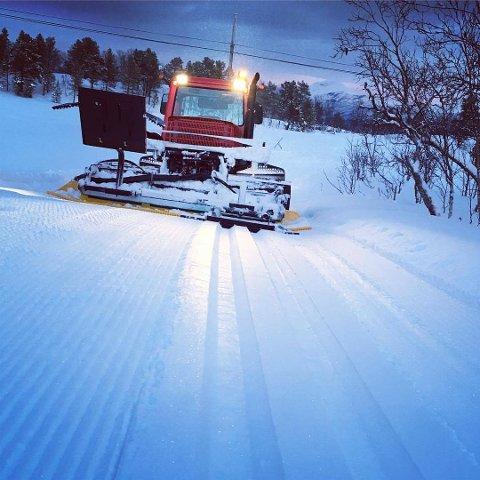 TRÅKKEMASKIN: Øyvind Kristiansen er ofte ute og preparerer skiløypene på Ankenes.