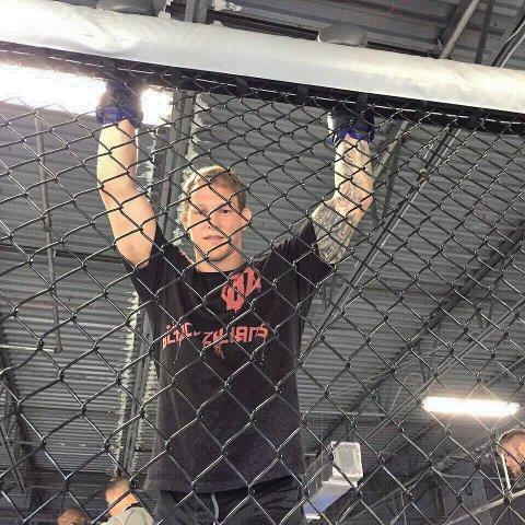 PROFFDEBUT: Marthin Hamlet Nielsen gikk sin første MMA-kamp 19. november i fjor. Det ble med den ene amtørkampen. 1. april går han i buret for en proffkamp.