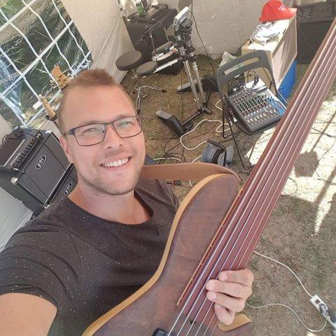 MUSIKER: Noe av det morsomste Thomas Skogsaas vet, er å spille i band. Her er de i ferd med å rigge seg til på Notodden.