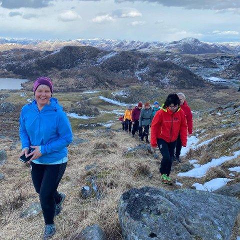 Margunn Berg (i blå jakke) går ofte turer i og utenfor Gjesdal. Mandag kveld var hun blant de mange som deltok på den aller første turen til Gjesdal idrettslags nystartede turgruppe.