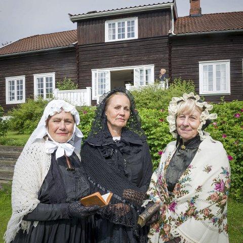 Presteenkene på Huser: De tre presteenkene som på 1700- og 1800-tallet var bosatt på Huser ble levendegjort av Jorun Hjorth Ovind (f.v.), Bjørg Owren og Kari Sundby. Kostymene de tre skuespillerne brukte under vandrespillet er egenkomponerte. Bilder: Jens Haugen