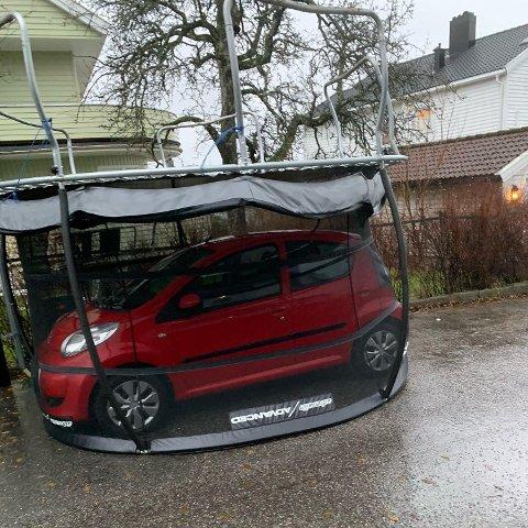 Denne trampolinen fløy av gårde og havnet over en bil, hevder en tipser til Nettavisen. Foto: Nettavisen-tipser