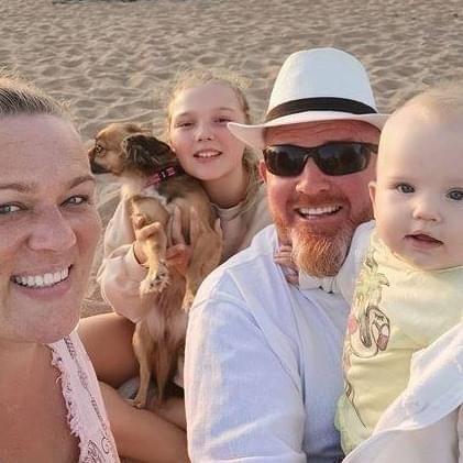 Terje Inngjerdingen fra Sør-Odal sammen med forloveden Monika og to døtre. Nå venter en lang tur fra Gran Canaria med karantene både i Tsjekkia og Norge for familien på fire.
