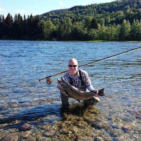 Største fisk: Stein Tore Larsen med sin ørret på 8,8 kilo, tatt på flue i Lågen sone 1 utenfor Sundgården.Foto: Privat