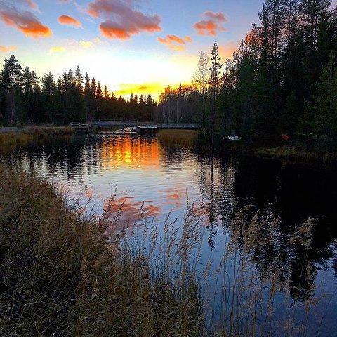 VAKKERT VED KANALEN: Solnedgang rett før vinteren kommer. Kanalen, Lillehammer. Foto: Jarle Amble