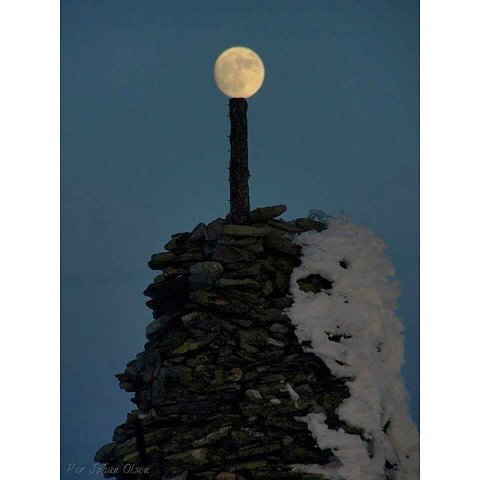 9. SUPERMÅNE: Der står månen. Foto: Per Johan Olsen