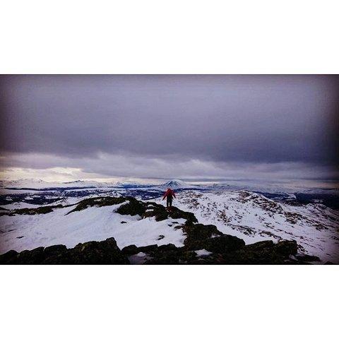 Lite snø på toppene, mye vind og grått vær, men artig på tur for det, skriver Bente Olsen på sitt innsendte leserbilde fra fjelltur.