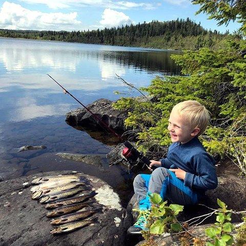 9. Fiskelykke: Peder fisker i Øyerfjellet. Foto: Ingvild Johnsen