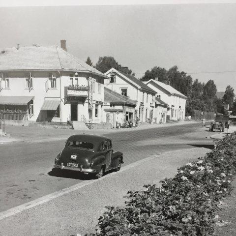Storgata i Moelv slik den var på 50-tallet er ett av mange gamle motiver i kalenderen.