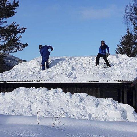10. SNØTUNGT: Nabohjelp til snømåking av garasjetak i Heidal. Foto: Gro Lillesæter