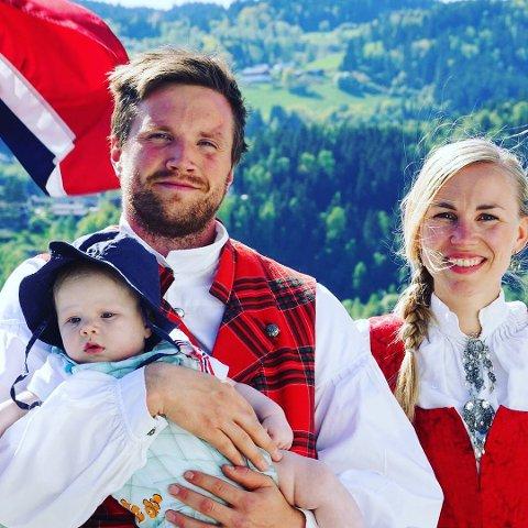 Morten Båtstad lengter alltid hjem til norddalen og fjellene. Nå har han vunnet to billetter til Rondaståk i GDs konkurranse. Her er han sammen med lille Birk (ca 1/2 år) og samboer Martine Linge Joten.