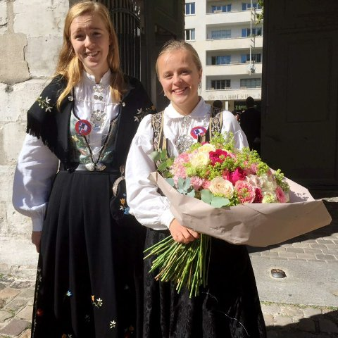 Signe Haaland Buer (t.h.) fra Lillehammer, fikk overrekke blomster til dronning Sonja og hilse på den franske presidentfruen, under 100-årsjubileet for den norsk franske elevutvekslingen til den videregående skolen Lycée Pierre Corneille i Rouen. her kledd i festdrakt fra Gudbrandsdalen.