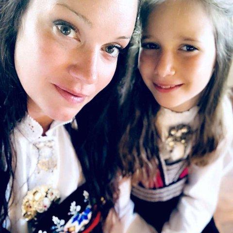 Caroline Myrdal (t.v) oppfordrer alle til å signere oppropet mot å kutte i støtten til dem med cøliaki. Selv har hun en datter med den autoimmune sykdommen, Eirin Myrdal Ulvåg (t.h).