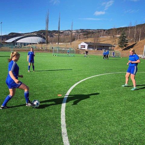 PÅ TRENING: Onsdag 15. april var J15-spillerne i LKFKs tilbake på treningsfeltet. Da var det gått over én måned siden sist.