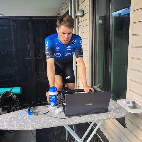 Rasmus Fosum Tiller satt på balkongen i Oslo og bidro til seier i etapperittet Zwift Tour for All.