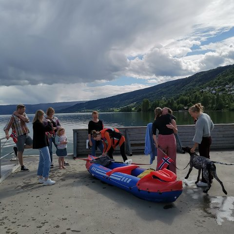 I MÅL: En stor velkomstkomite ventet svømmekspedisjonen da de kom til Vingnesvika.