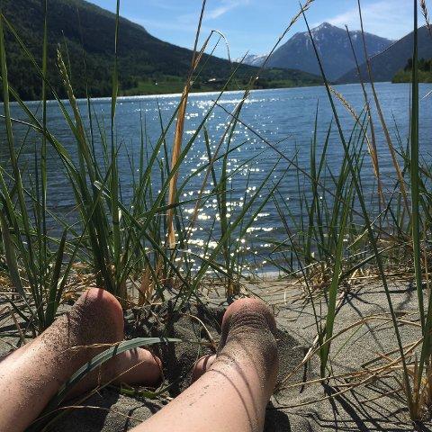 Både turistar og lokalbefolkning nyttar området rundt Liabrua til bading.