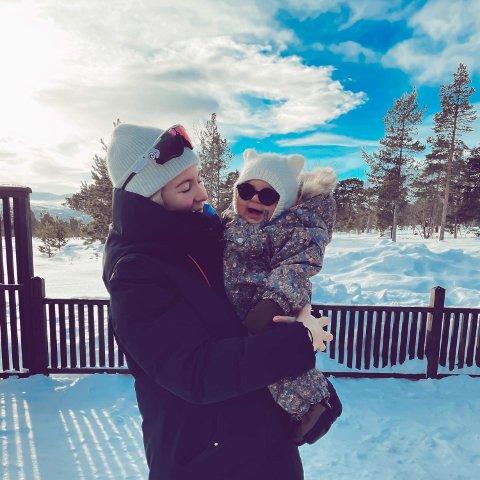 Hjemme på Lillehammer så Marlene Messell og  Olympia at samboer og pappa tok VM-sølv.