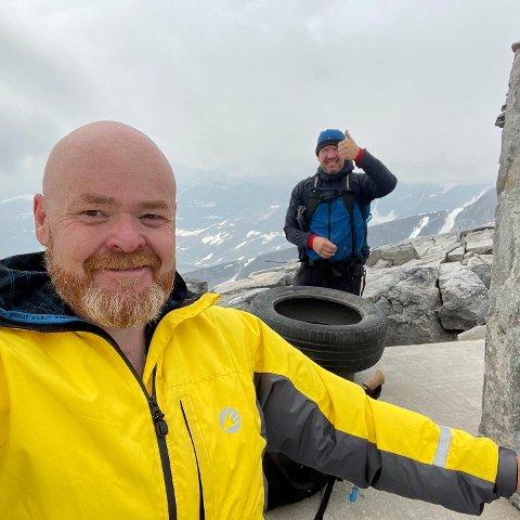 Kjell Arne Høybakken og Ulf Knudsen fra Stjørdal vekker oppsikt når de trekker 22 kilo dekk hver til topps på fjellet. Lørdag 17. juli gikk de opp Snøhetta.