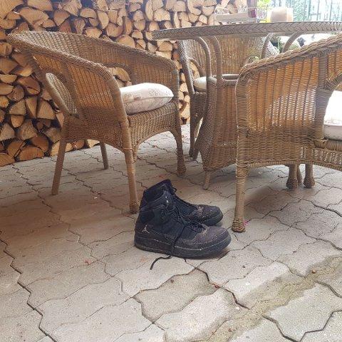 Da Bjørn kom hjem fra ferie fant han litt grus i stolene og et par gigantiske sko.