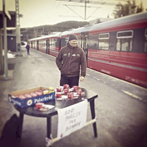 BONDELAGET: Styremedlem fra Jevnaker bondelag, Sondre Imsgard, på Grua stasjon under fjorårets arrangement.