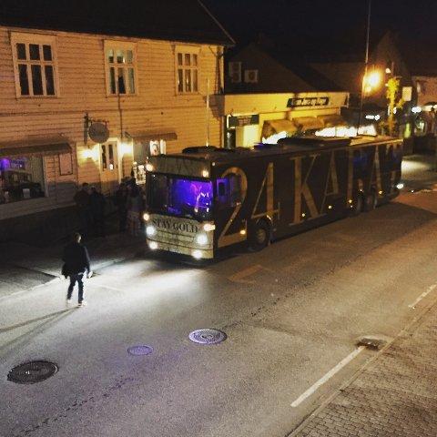 En gjeng voksne karer hadde tatt turen fra Asker og Bærum i en russebuss