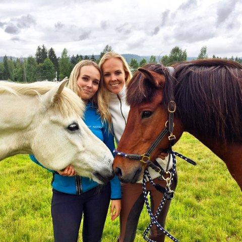 TEAM ENGEDAHL: Søstrene Anja (til venstre) og Tina Engedahl Oppen er begge i norgeseliten. Her med konkurransehestene Frar og Ari. (hvit og brun hest).