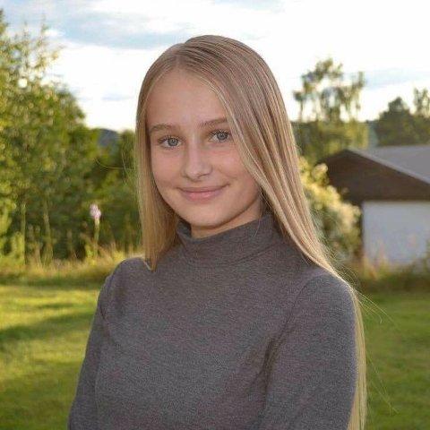 SOMMERJOBB: Emma Brenli (16) fra Gran jobber på Lygna og trives veldig godt der. Det er også her hun skal jobbe til sommeren.