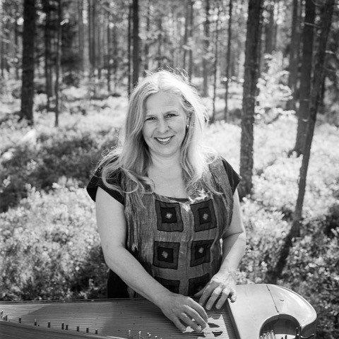 GLASSLÅVEN: Sinikka Langeland vil bruke ulike kanteler og improvisasjoner når hun gjester Glasslåven kunstsenter.