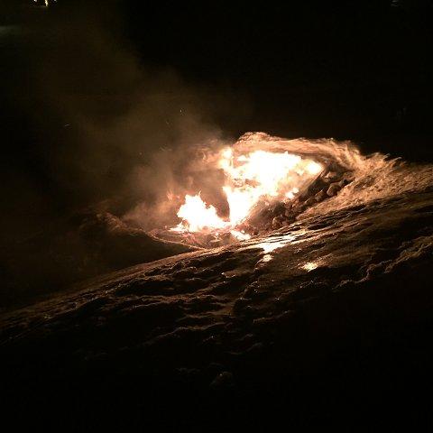 BRANN: Her brenner søppelstativet. En nabo så brannen og varslet politi og brannvesen.