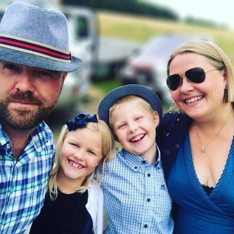 Frivillig karantene: Familien Spaberg Oppegaard har gått i frivillig koronakarantene. Fra venstre ser vi Tommy, Mia Lill, Tobias og Anita.