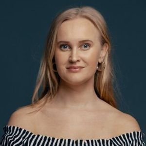 KOMIKER: Sofie Frøysaa har turnert landet med soloshowet Ambisiøs og deprimert. Torsdag 28. oktober kommer hun til Granavollen.