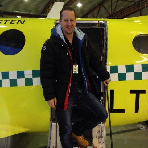 AMBULANSE: Cato Signebøen har jobbet i ambulanser i Finnmark i nesten 10 år. Her er han på vei ut av et ambulansefly.