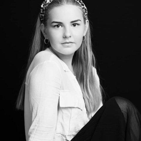 GIR UT BOK: Carina Olsson fra Halden er bare 19 år gammel, men har gått gjennom tunge år med angst og depresjon. Nå skriver hun bok om det.