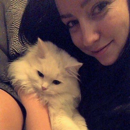 VELDIG SYK: Jennifer Frøhaug sin katt Luna ville bare ligge i armene hennes de dagene den var syk. Hun ble helt slått ut av det som trolig var salmonella. – Nå er hun heldigvis frisk igjen, sier Frøhaug.