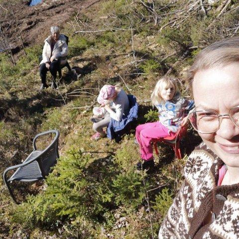 GRENSEFIKA: Ingrid Elisabeth Jensen tar en selfie sammen med døtrene Eline og Jenny mens de treffer mamma og bestemor Ingegerd Bøe Jensen ved grenseovergangen Tyslingmoen.