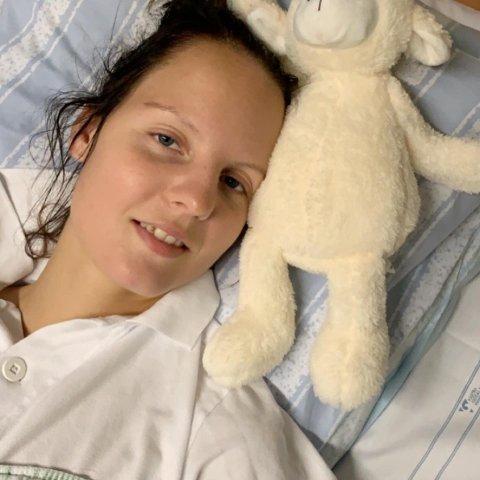 Nina Marie Elders (24) fra Halden, men bosatt i Tanum, ble utsatt for en alvorlig påkjørsel for åtte måneder siden. Bildet er fra tida på sykehuset.
