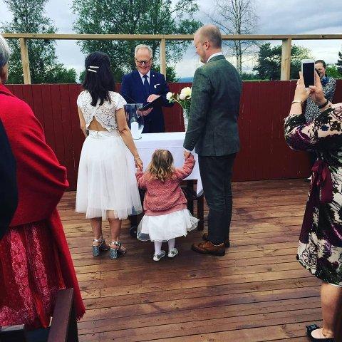 VIGSELSMANN: Knut Fanberget måtte være vigselsmann i datterens bryllup.