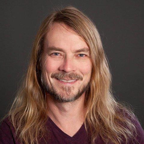 TIL HAMAR: Psykologen Peder Kjøs kommer til Hamar for å snakke om ungdomstid.